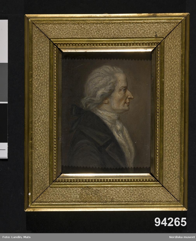 Herrporträtt, midjestycke i profil. Rock, vit halsduk, peruk m hårpiska och rosett.