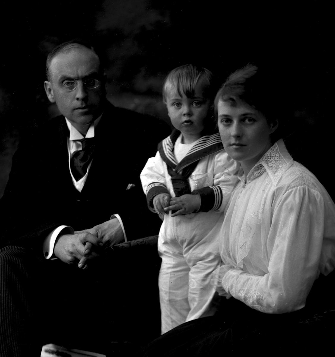 Gruppeportrett, Christian Gierløff med hustru og sønn.