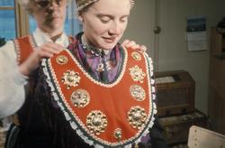 Brudepynting, Jølster 1967.Bruden, Eva Eide, får hjelp av Ma