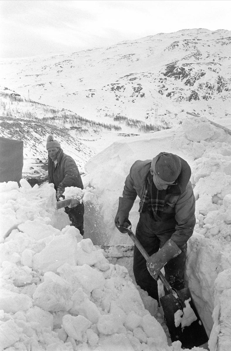 Bitdalen, Vinje, Telemark, desember 1970. Snørydding. Patrulje.
