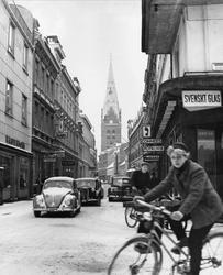 Bil- och cykeltrafik på vintrig stadsgata, Kalendegatan, i M