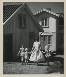 Fjällbacka, Bohuslän. En kvinna och tre barn på promenad.