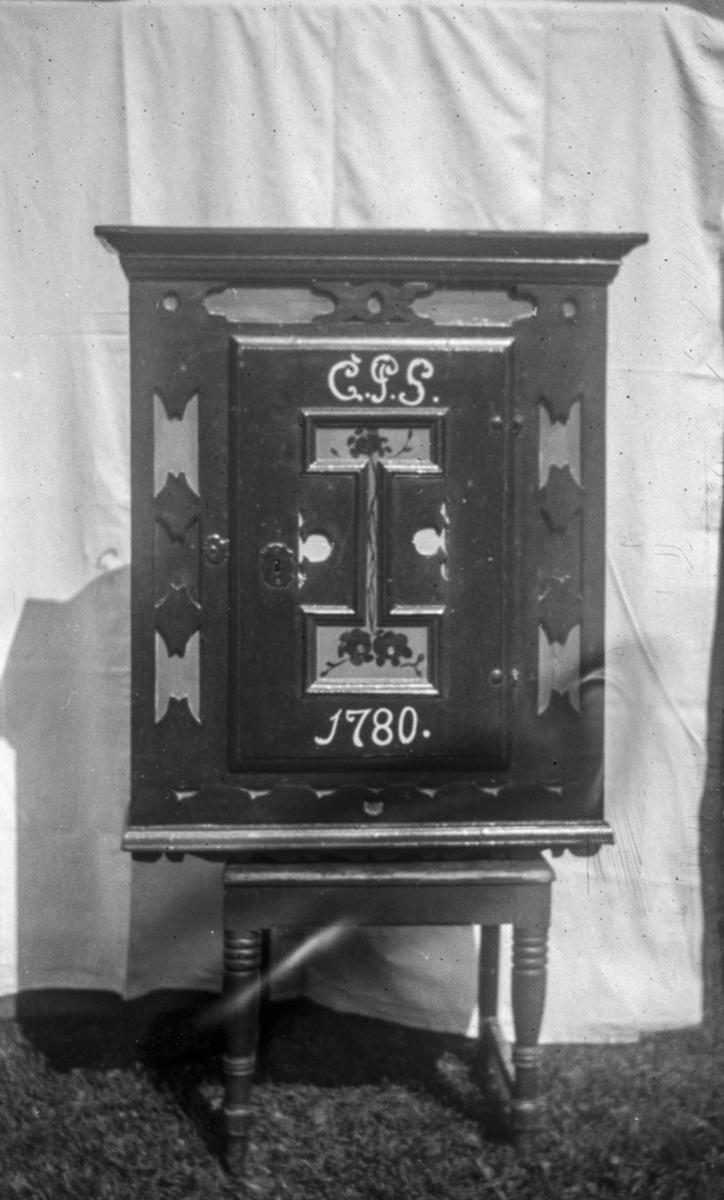 Skap med inskripsjonen «CPS 1780».