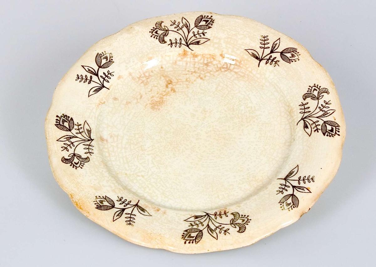 Fyra assietter, flata, av vitglaserat flintporslin med tryckt svart blomdekor. Instämplat i massan: GEFLE och tryckt svart stämpel: GEFLE.