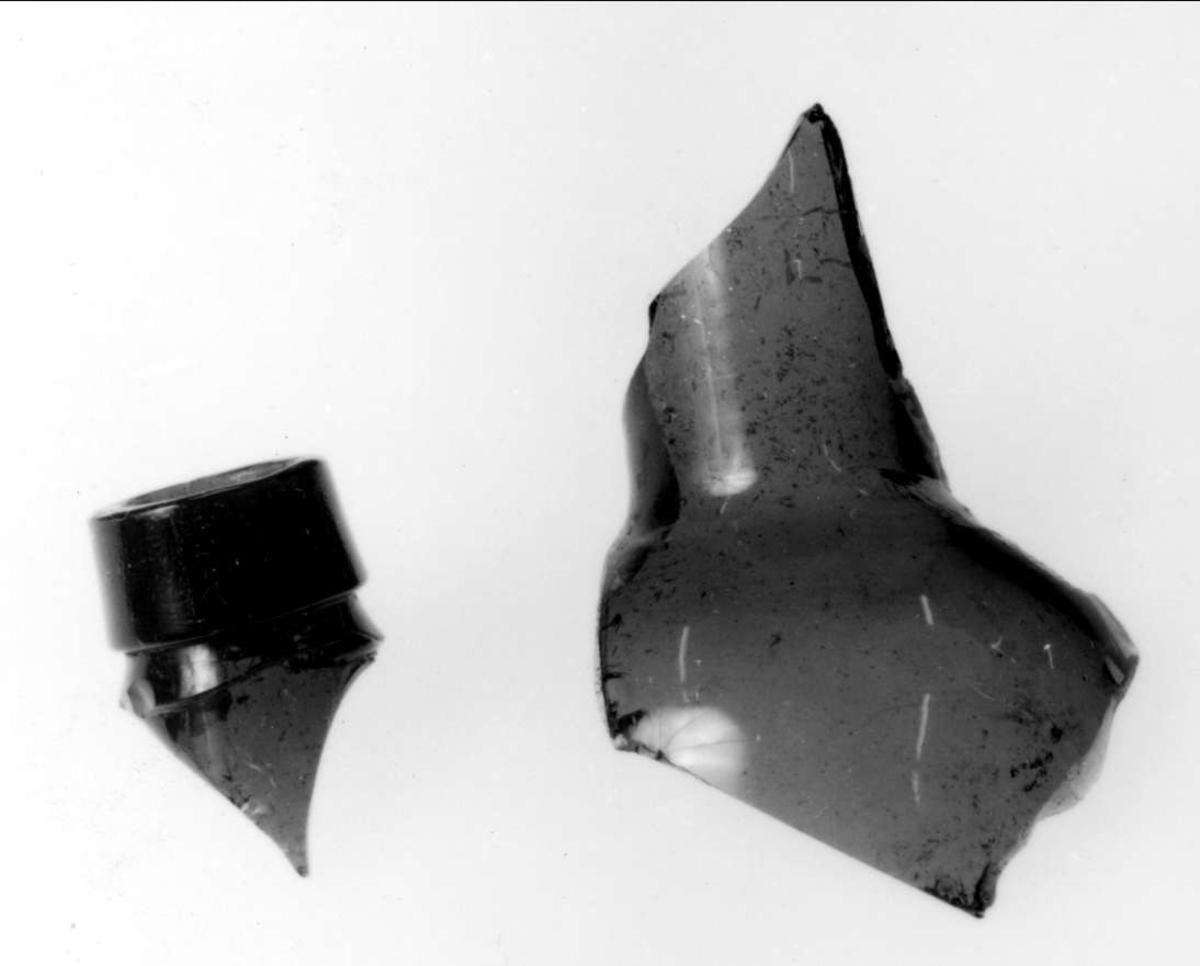 Två fragment av en flaska av glas.