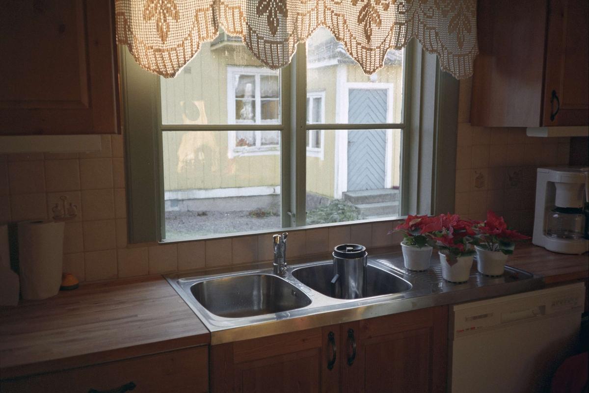 Vänge församlinghem, diskbänk och fönster i köket, Vänge socken, Uppland 1994