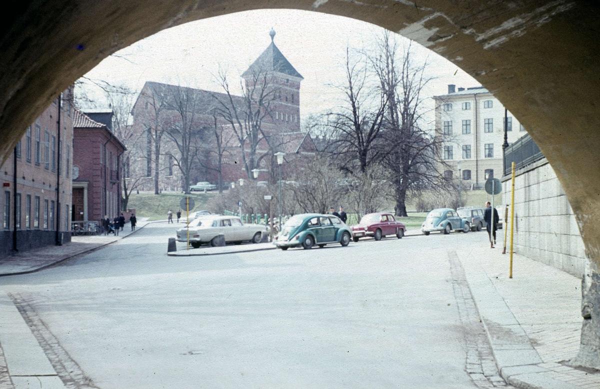 Riddartorget och Helga Trefaldighets kyrka från Valvgatan, Uppsala 1965