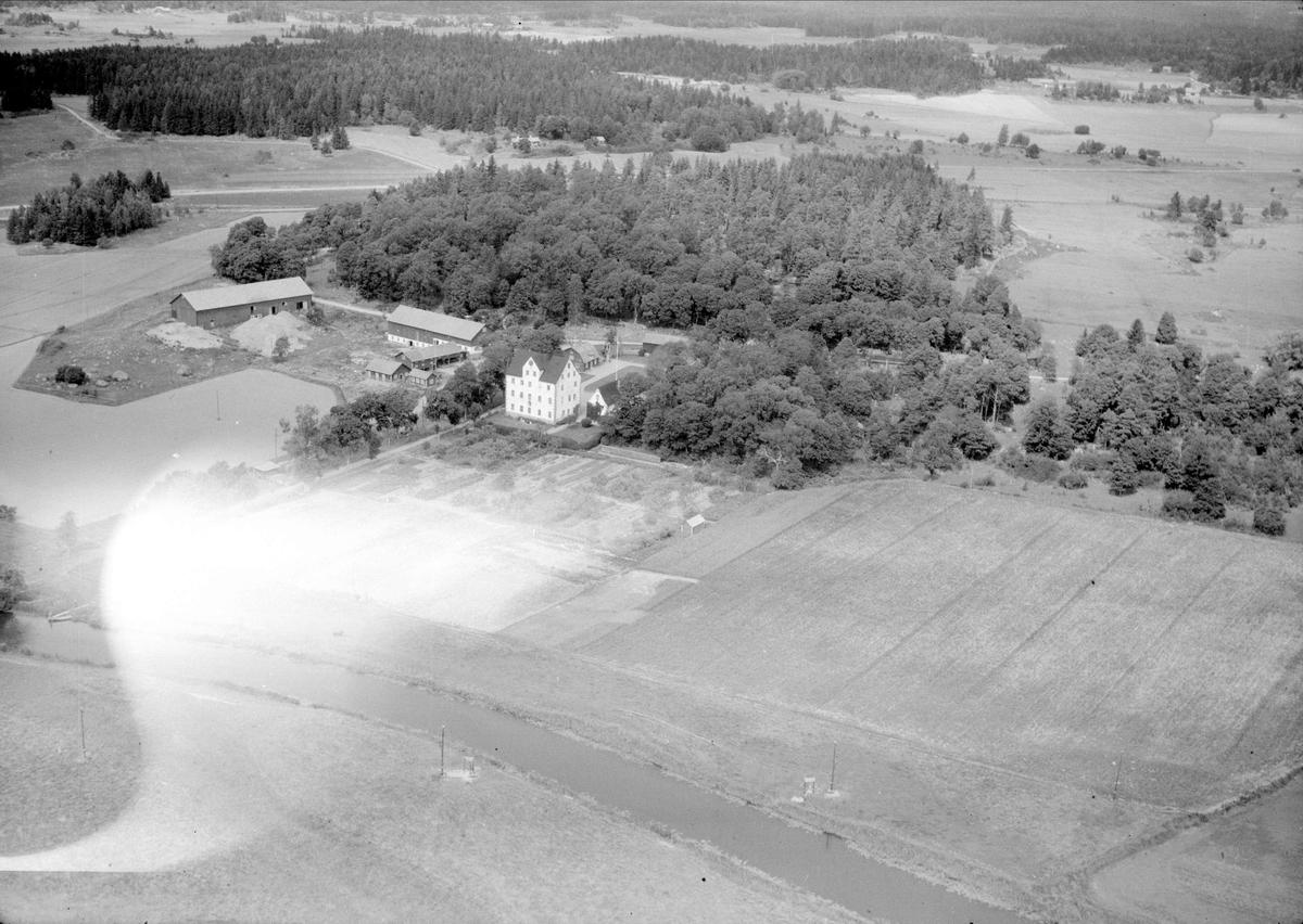 Flygfoto över Salnecke slott och Örsundaån, Gryta socken, Uppland 1947