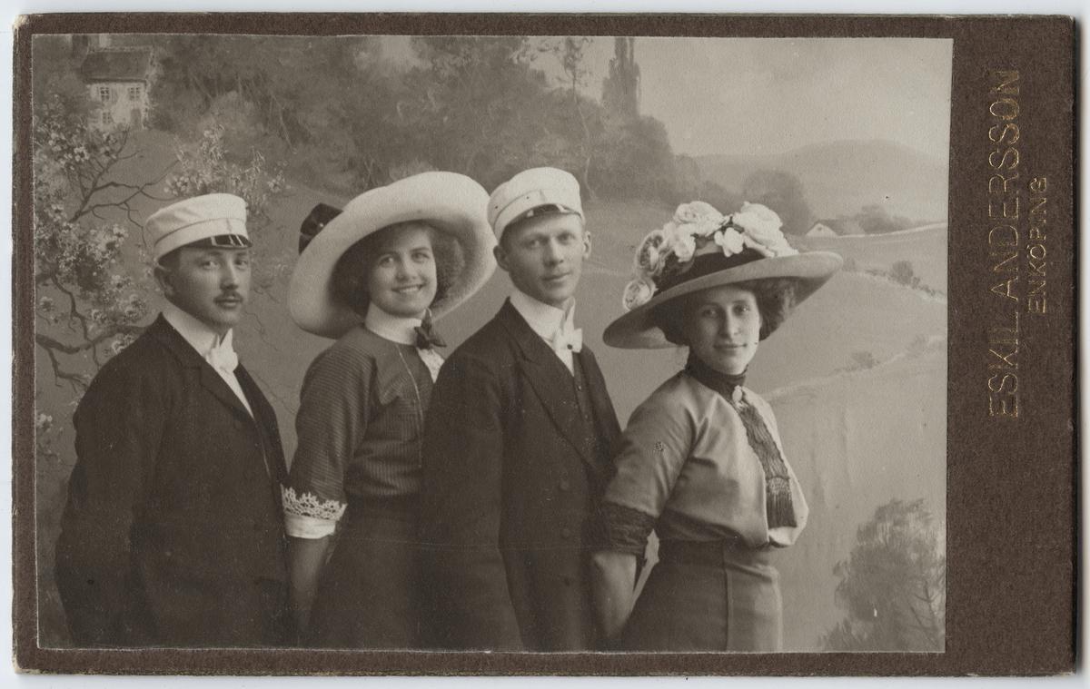 Ragnar Nyman, Elsa Lundin, Artur Ax och Ragnhild Nyman på sångarresa till Enköping omkring 1900