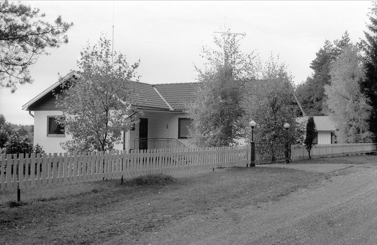 Bostadshus och garage, Åsbo, Oxsätra, Bälinge socken, Uppland 1983