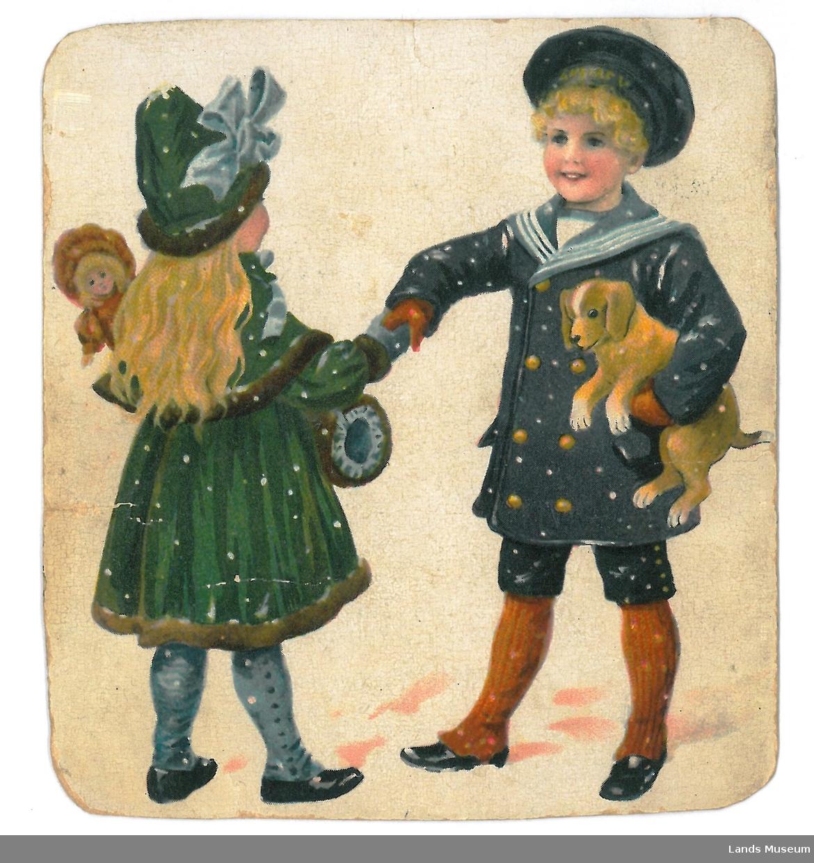 Gutt og jente som hilser på kvarandre u te i snøværet. Jente i grøn kåpe og hatt. Gutt i blå matrosdress
