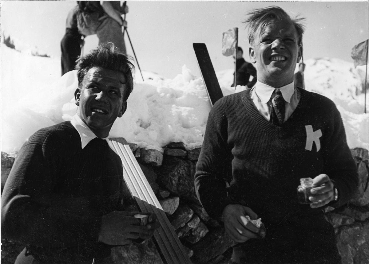 Sigmund Ruud (t.h.) og skiklubbens trener Hans Teicher. Sigmund Ruud (r.) and ski instructor Hans Teichner.