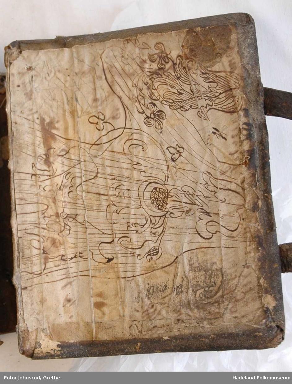 Innskrift: Anders Birsvensen Linerud, 1800. Gotisk alfabet inntegnet. Tegning på bakperm.