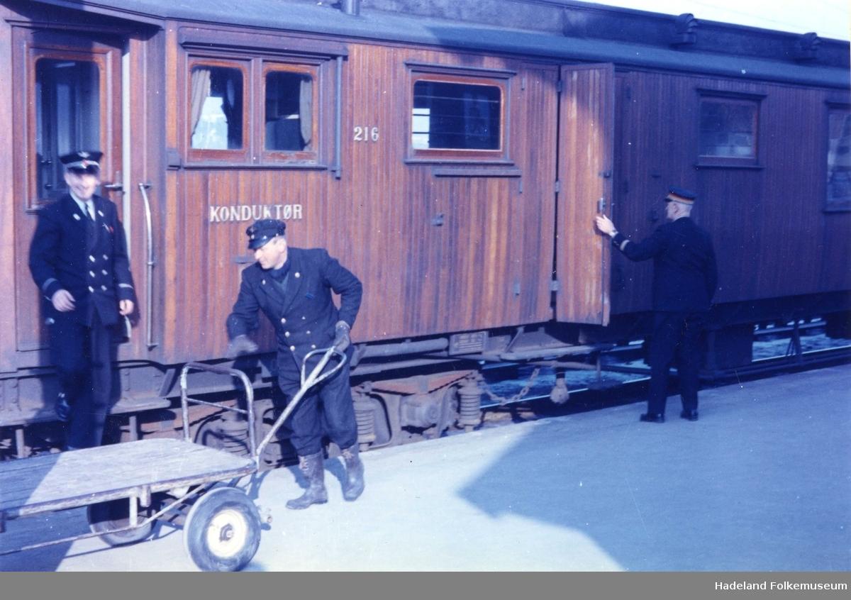 Gjøviktoget ekspederes på Gran stasjon. Vogn for konduktør. Mann med tralle. Stasjonsmester