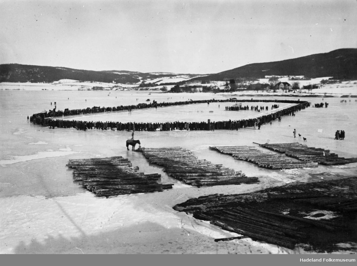 Skøyteløp på skøytebane på Randsfjorden, utenfor Thorbjørnrud i Verkevika på Jevnaker.