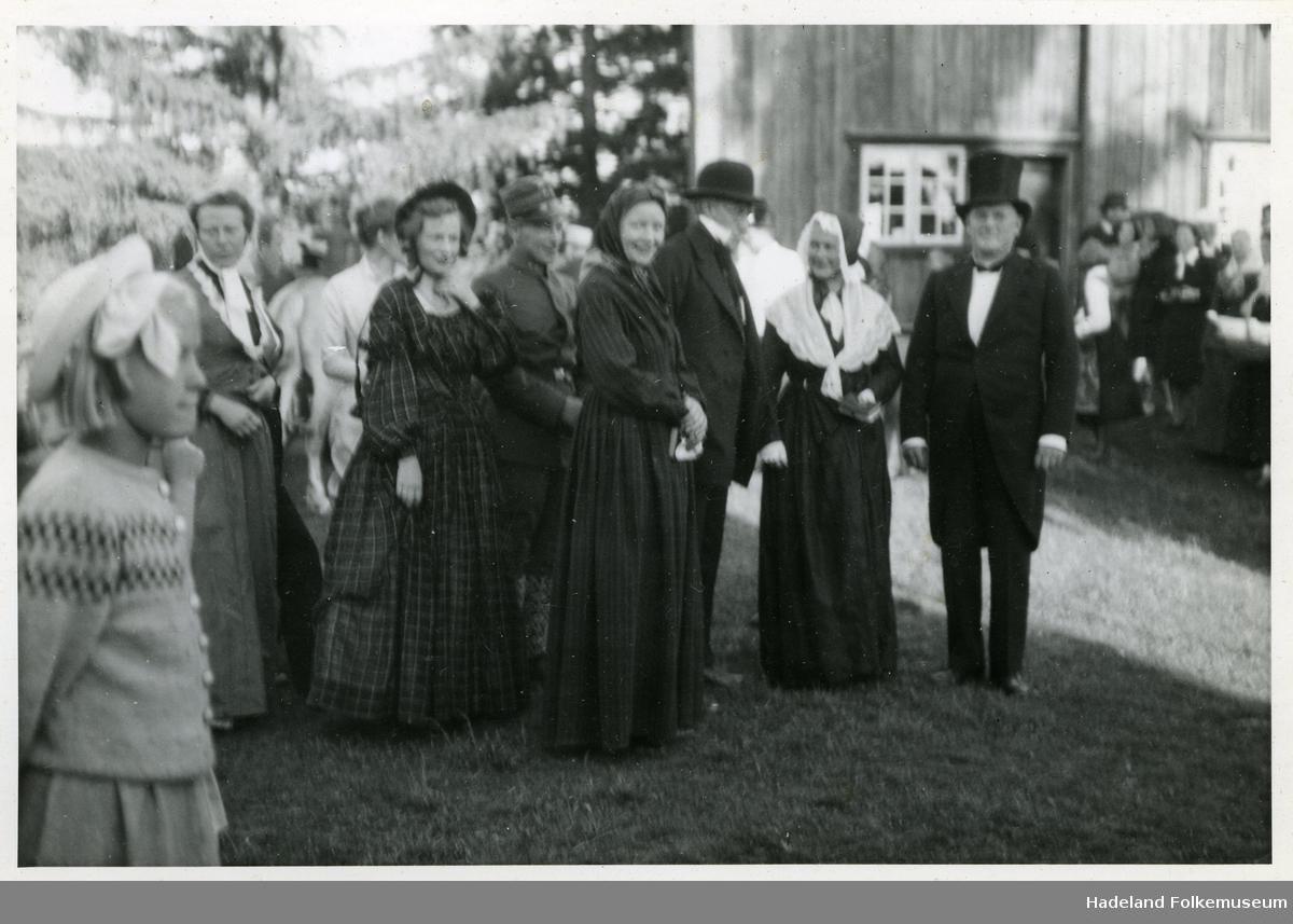 Arrangement på Halvdanshaugen og Hadeland Folkemuseum med bondebryllup