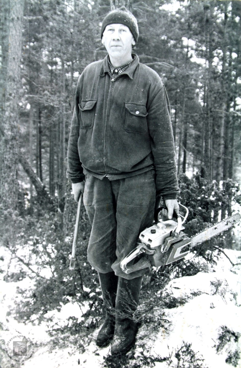 Tømmerhugger Ola Ågedal med motorsaga.