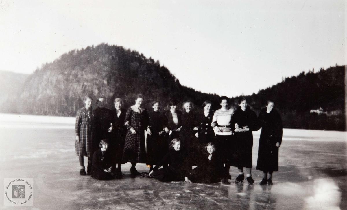 Jenter på isen på Øydnevannet i Audnedal.