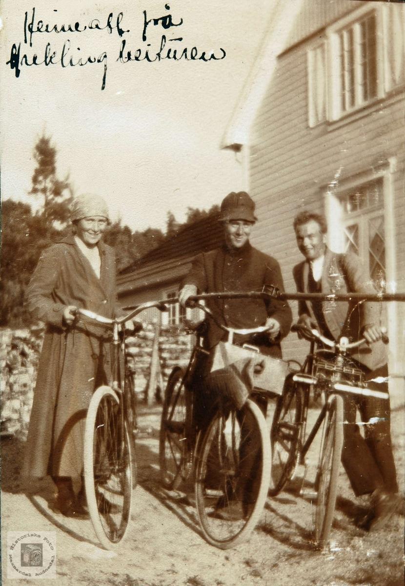 Med misjonær Asbjørn Åvig på sykkeltur, Ågedalstrand Bjelland senere Audnedal.