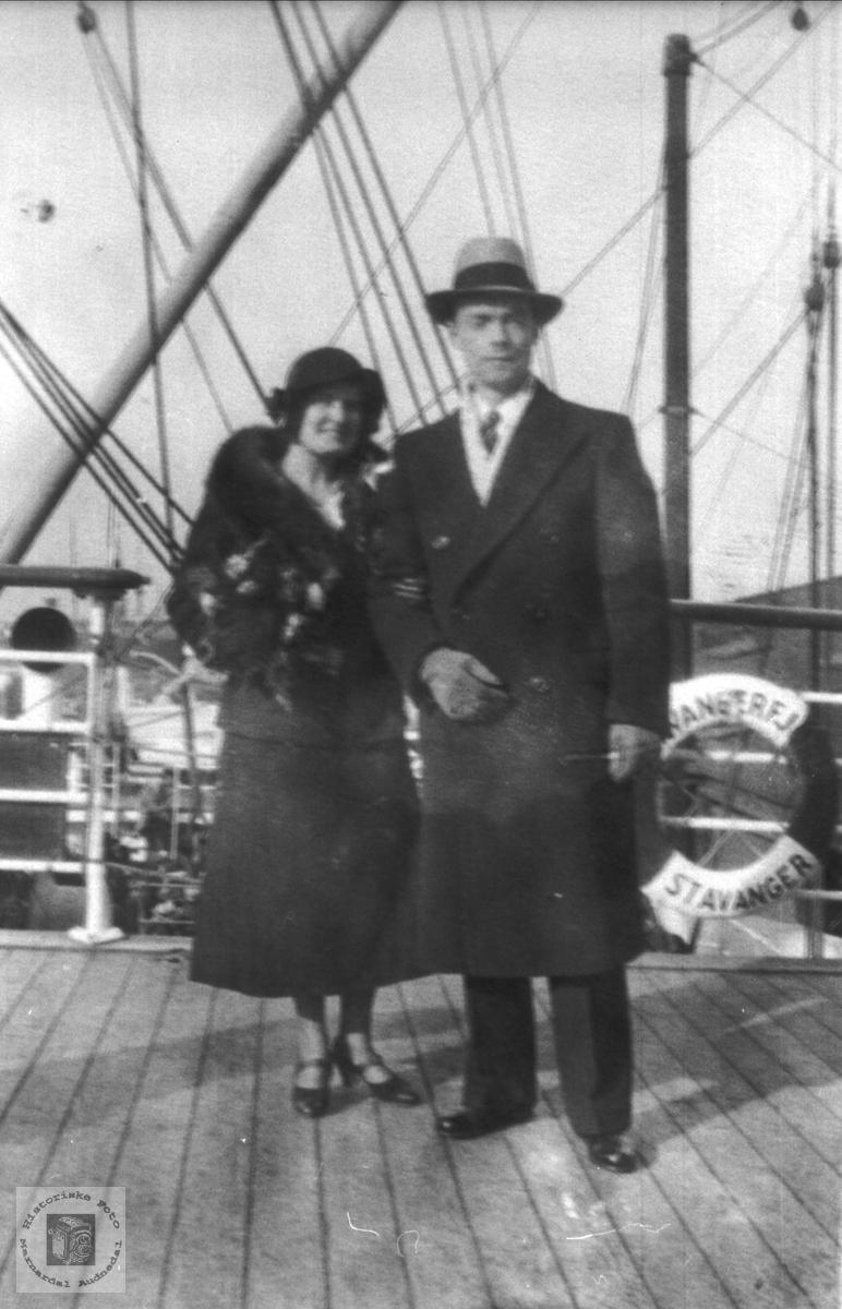Portrett Emma (Ingeborg Midbø) og Martin Mikelsen ombord på Stavangerfjord.