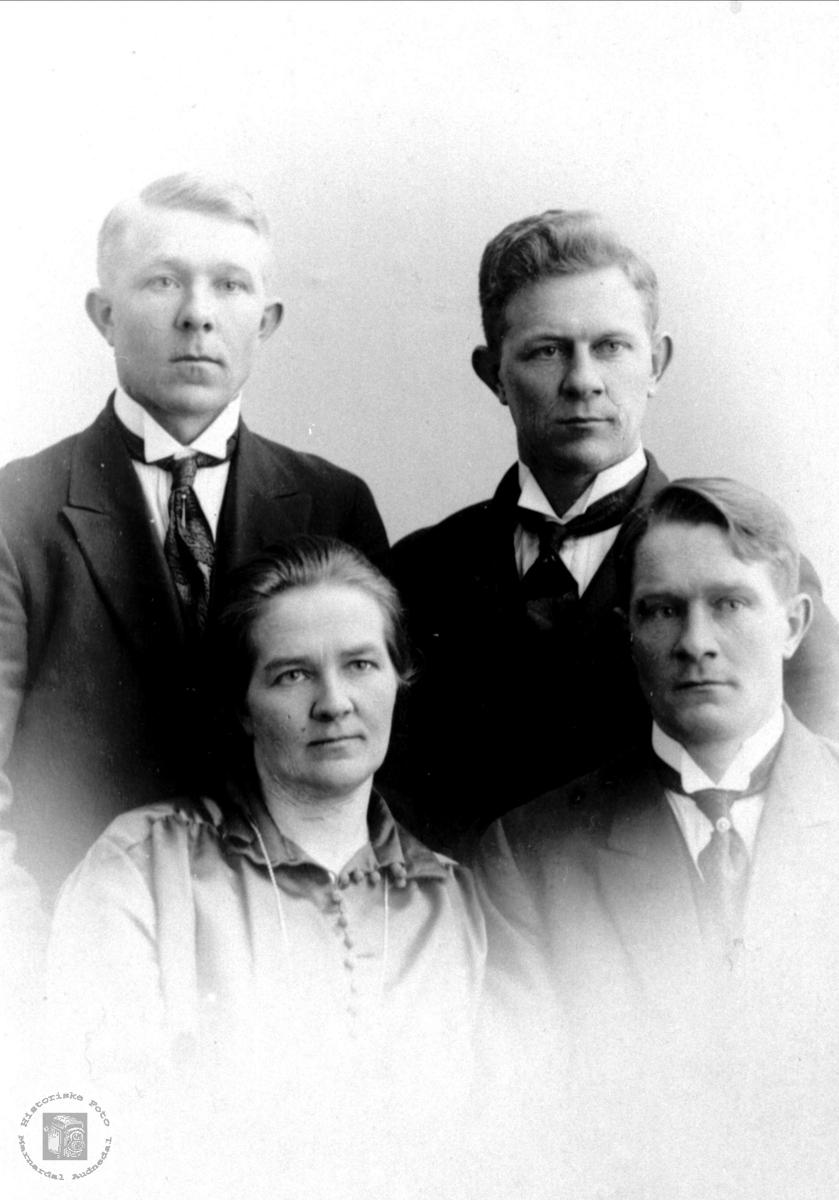 Portrett av Torkjell, Syvert, Anna og Magnus Homme, Bjelland.