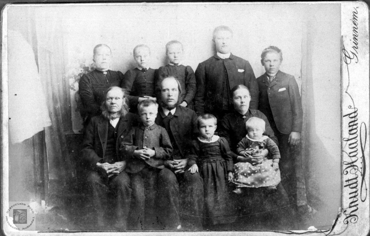 Portrett av familiegruppe i 3 generasjoner, Ubostad Grindheim.