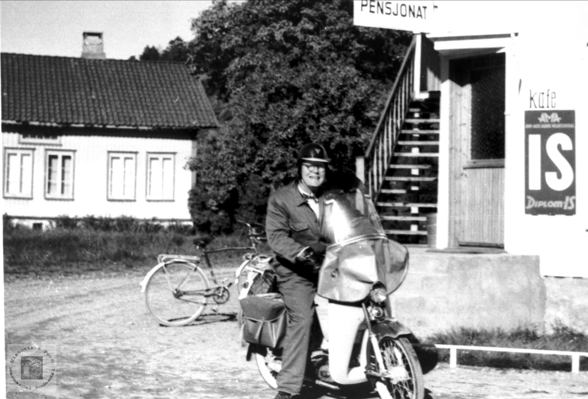 Mopedist Ole Kristian Ågedal ved krambua i Konsmo sentrum.
