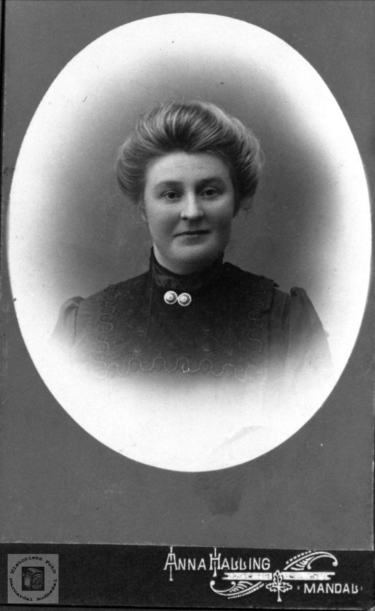 Portrett av Thora Heddeland, Øyslebø.