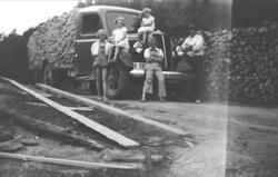 Stavkjøring med lastebil. Ford V8 årsmodell 1937.