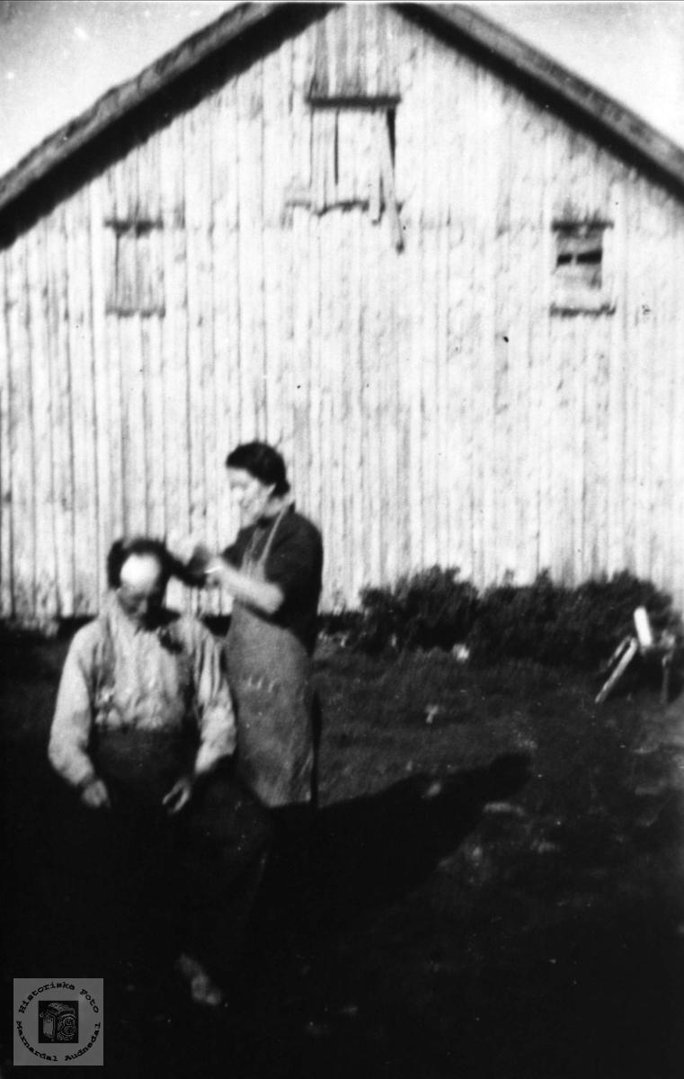Frisør i friluft på Skaar i Øyslebø.
