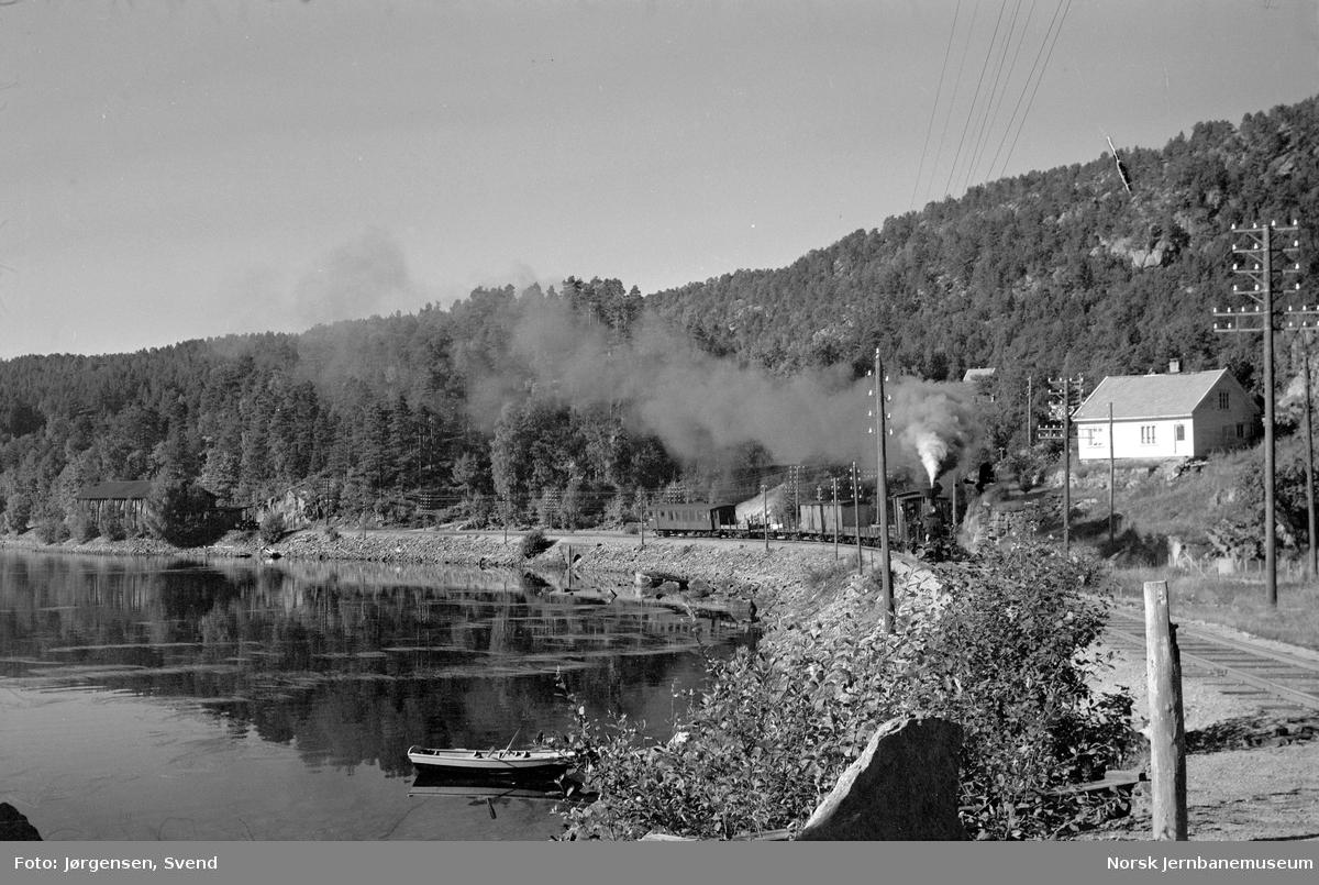 Damplokomotiv med nordgåene godstog 5661 på vei ut fra Hægeland stasjon