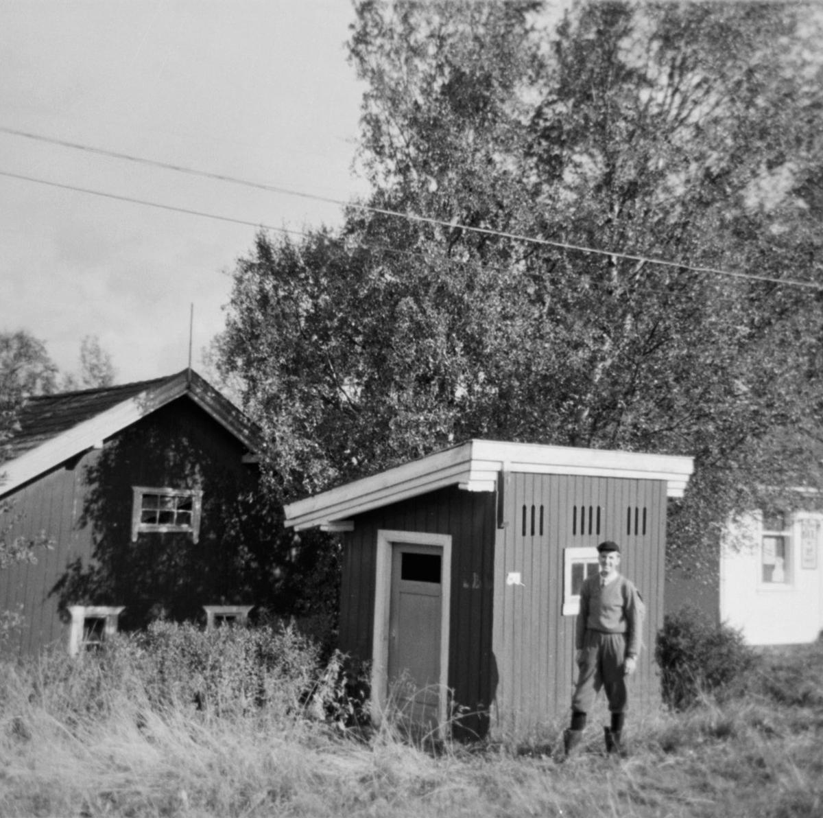 Varaformann i A/L Hølandsbanen, Preben T. Hysing, foran priveten på Kvevli stasjon.