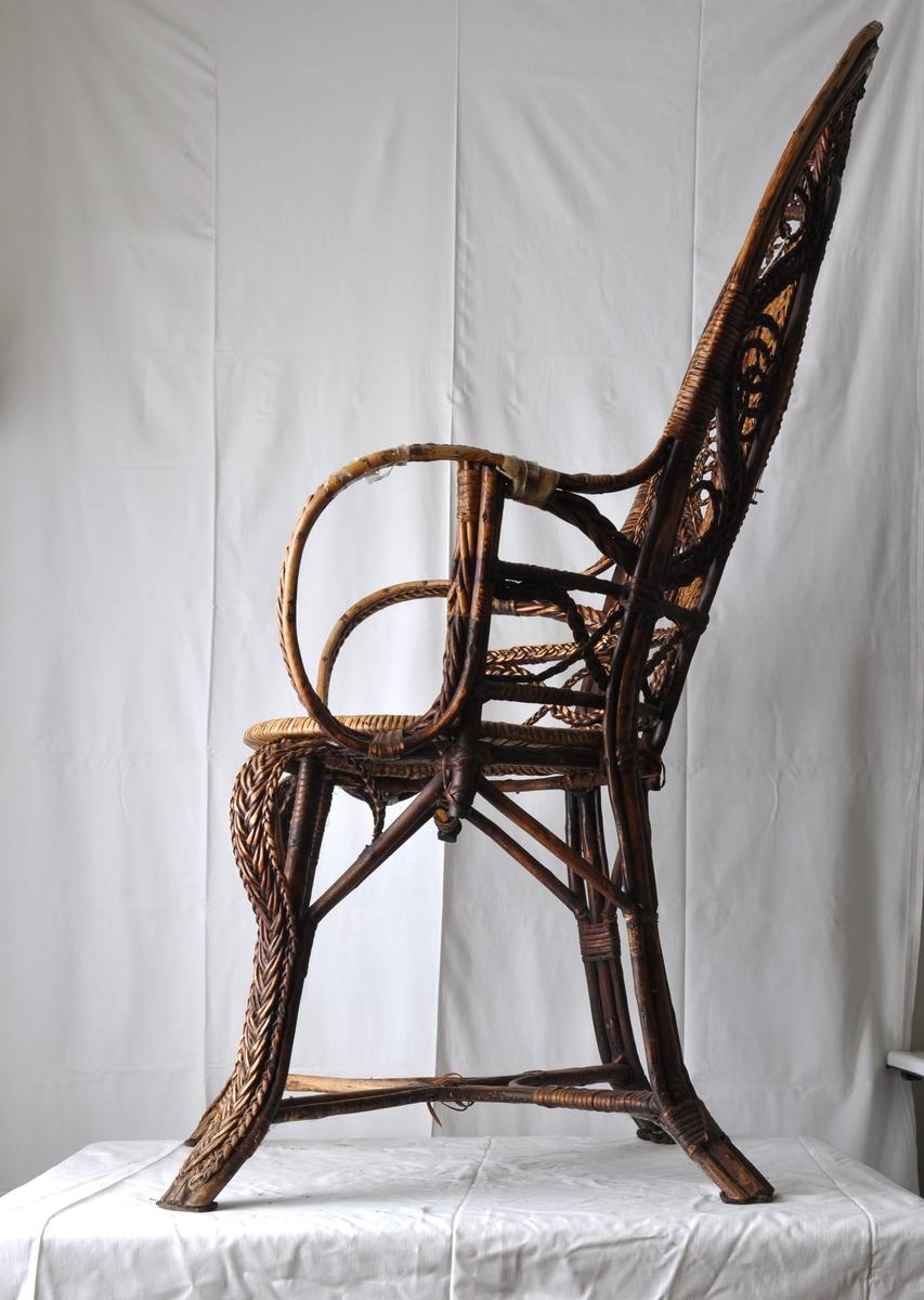 Form: Med armlener og høy rygg.