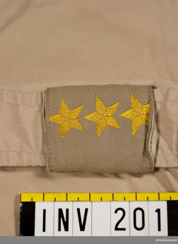 Axelhylsa med tre medelstora stjärnor invävda i tyget, att fästas på axelklaffen.