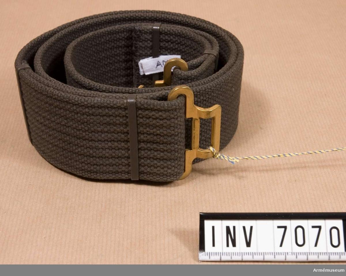 Längd 950 mm. Bredd 50 mm.  Grått med knäppning i form av hake i mattförgyllning.  Textil.