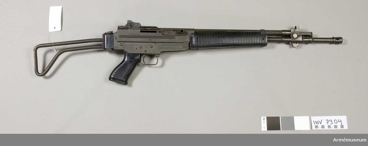 Tillverkningsnr Z 1517. Pipans längd med flamdämpare 480 mm. Vapnet har dioptersikte och pelarkorn, pistolgrepp av konstmassa, fällbar kolv. Märkt P.Beretta Mod. 70/223, Made in Italy Z 1517. Magasinspärr saknas.