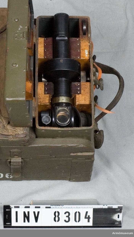 Tillbehörslåda till positionshaubits m/1906 15 cm (150 mm). Märkt Tbhlåda 15 cm poshaub m/06. Bestående av 51 delar. Nyckel till kikarlåda saknas, se tillbehörskortet.