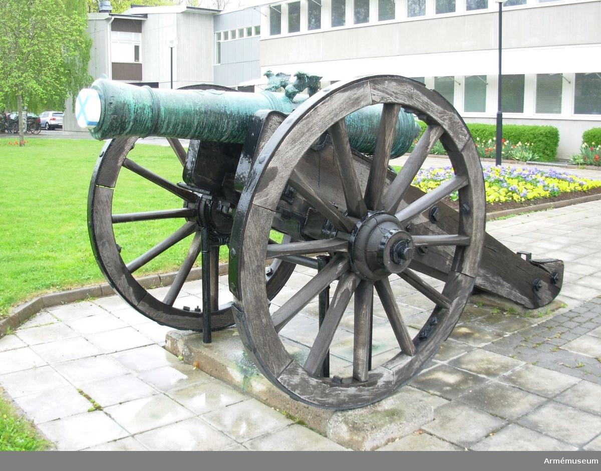 """Grupp A I.  Tagen i 1788-90 års krig. Har sedan slutet av 1700-talet varit placerad framför högvakten vid Kungl. Slottet i Stockholm och  därifrån överflyttad till Artillerimuseum i april 1884. Den har  från början varit försedd med rysk lavett, vilken, sedan den  genom väderlekens inverkan så småningom blivit förstörd, utbytts  mot den nuvarande efter äldre svensk modell tillverkade  lavetten. Kanonen är försedd med följande inskrift: MED GUDS  HIELP UNDER KONUNG GUSTAF III ÖVERBEFÄL TAGEN VID KACKIS CAPELL  AF DESS BLÅ OCH GULA LIFGARDE D. 16 JUNII 1790. På långa fältet ett vapen samt inskrift (med ryska bokstäver): """"General  feldzeugmeister knjasi Orloff (Generalfälttygmästaren furst Orloff) samt med latinska bokstäver: FORTITIDUNE ET CONSTANTIA  (med tapperhet och ståndaktighet); vidare å tappstyckets främsta  fris årtalet 1773 samt på kammarstycket med ryska bokstäver: """"Sankt Petersburg"""" och därunder det ryska vapnet. Ursprungligen preussisk från 7-åriga kriget. FEL - detta gäller den andra pjäsen från samma träffning, redovisad under AM 10115."""
