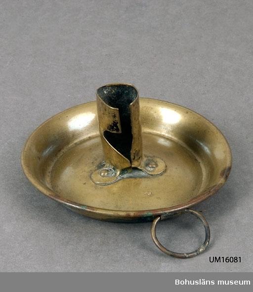 Ljushållaren fastsatt med tre nitar. Ring för upphängning.  För ytterligare uppgifter om givaren se UM016001.