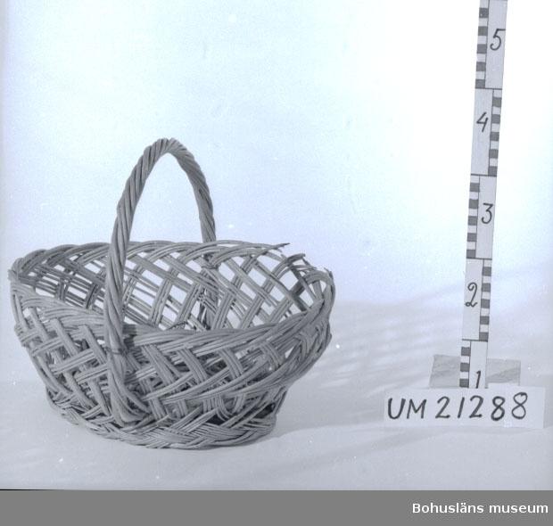 594 Landskap BOHUSLÄN  Oval form, bågformat handtag. Korg för byns torghandel.  UMFF 8:7