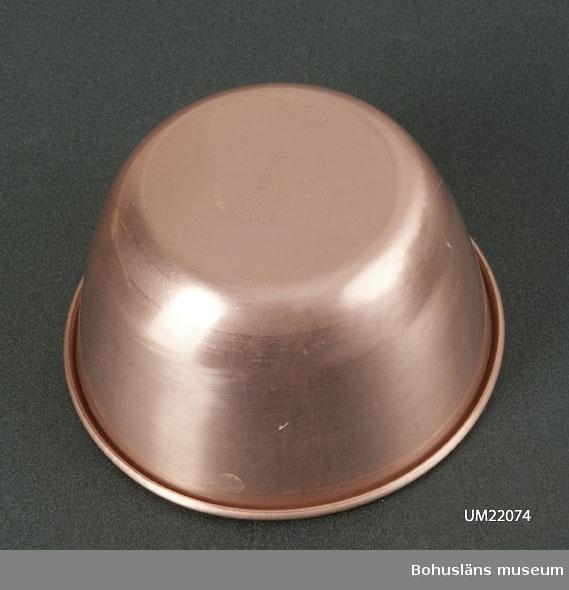 """410 Mått/Vikt ! 0,04 KG, H 6,5, DIAM 12,5 * 594 Landskap BOHUSLÄN 410 *Diam 8 cm  Skålen är kopparfägad.  """"The grandeur aluminiumware MCF.Co.LTD."""" Hongkong.      UMFF 80:12"""