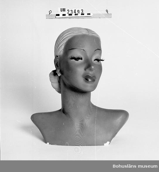 471 Tillverkningstid 1935-1950 594 Landskap BOHUSLÄN  Skylthuvud, dam, för att visa örhängen, halsband o dyl.