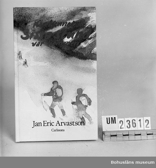 """594 Landskap BOHUSLÄN 394 Landskap BOHUSLÄN  Arvarsson, Jan-Erik: """"När Kennets sista stund var kommen"""".  Carlssons förlag. Inbunden. Se förvärvsuppgifter under UM23603. Neg.nr. UM145:9."""