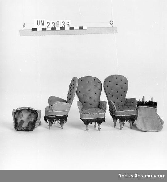 Föremålet visas i basutställningen Uddevalla genom tiderna, Bohusläns museum, Uddevalla. Utformning som soffa UM23635, med vilka den utgjorde ett möblemang.