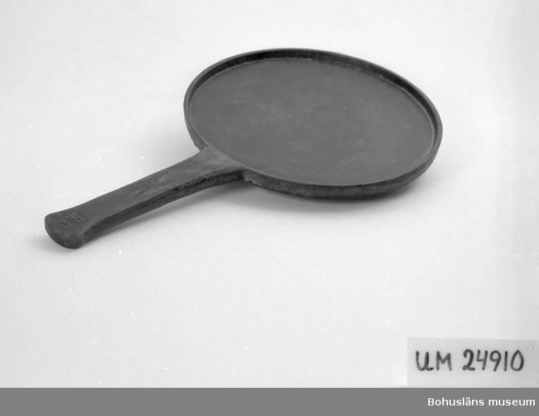 """594 Landskap BOHUSLÄN  Rund med handtag. Gjuten i ett stycke. På handtaget är det ingjutet: """"BS"""" (?). För upplysningar om ägarna, Gunnar och Greta Karlsson, se UM18527. Gåvan omfattar UM24884 - UM24915."""