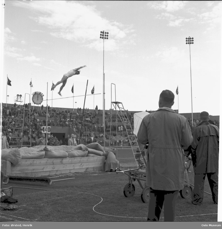 Bislett stadion, friidrettsstevne, stavhopp, fjernsynskamera, kameramann, tribuner, publikum