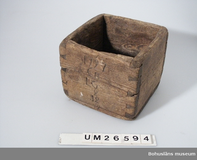 """Fyrkantigt kärl. Krönt samt märkt """"1797 CB LG 2 12"""". Brukaren och brukaren kallade alltid föremålet för kappe. Övrig historik om brukaren se UM 26587."""