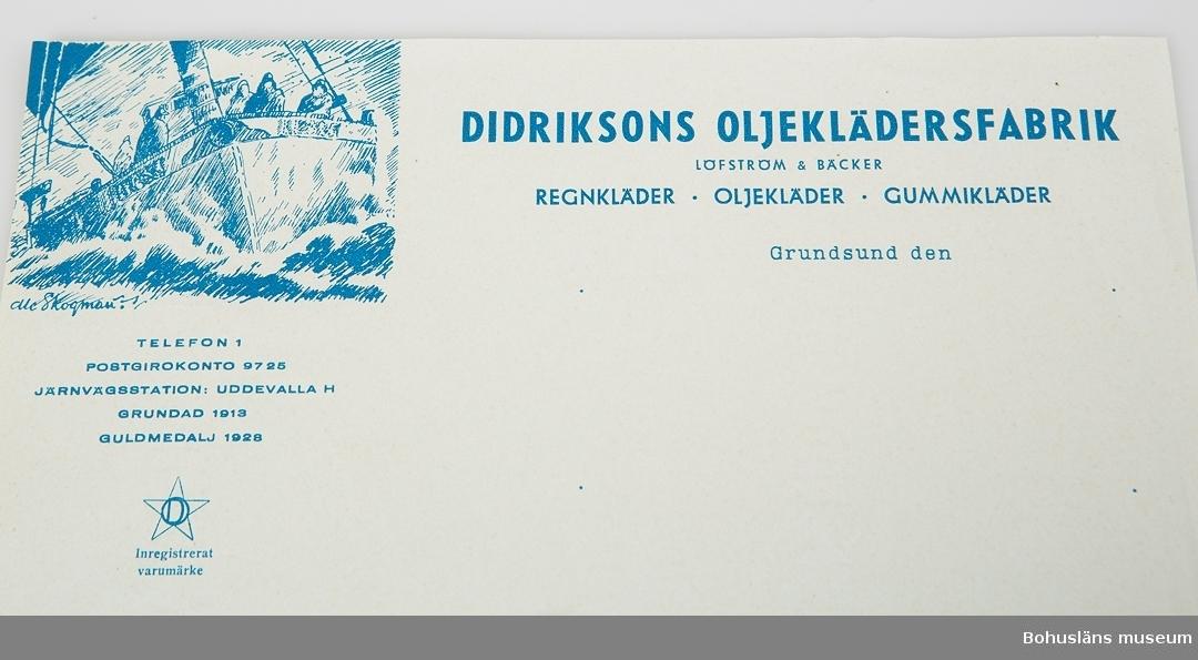 """412 Tillstånd vid förvärvet Obegagnat  Obegagnat brevpapper, vattenstämplat """"PAPYRUS MÖLNDAL"""" med tryckt text i blått:  """"DIDRIKSSONS OLJEKLÄDERSFABRIK LÖFSTRÖM & BÄCKER REGNKLÄDER . OLJEKLÄDER . GUMMIKLÄDER  Grundsund den  I övre vändtra hörnet en pennteckning föreställande en fiskekutter i hög sjö med fiskare i regnkläder, signerad Skaftökonstnären Olle Skogman. Därunder texten:  TELEFON 1 POSTGIROKONTO 9725 GRUNDAD 1913 GULDMEDALJ 1928 Inregistrerat varumärke  För ytterligare uppgifter om gåvan och företaget, se UM027862."""