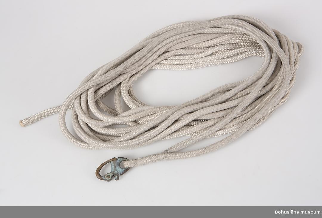 Fockskot  till Vindö 22 med 9 meter gånger 2 vit 24-flätad polysterlina fästad i skothake av brons. Otaglade ändar.