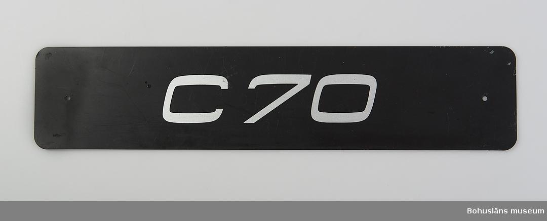 Föremål från bilfabriken Pininfarina / Volvo i Uddevalla, Monteringsfabriken. Registreringsskylt som används  när bilar visas på utställningar.
